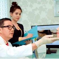 bác sĩ thăm khám bệnh nhân tại bệnh viện á âu
