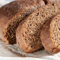 Bánh mì đen là thực phẩm không có chất béo mà lại giàu protein
