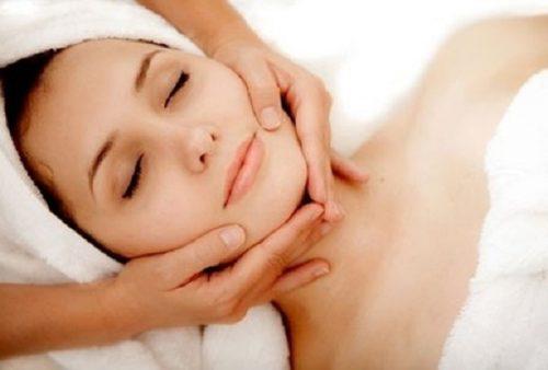 Massage nọng cằm sau khi hút mỡ